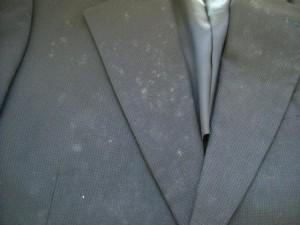 スーツがカビだらけに!自宅で出来る対策とクリーニングのカビ取り