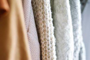 セーターのクリーニングはどうする?頻度や料金、素材から自宅で洗う際の注意点まで