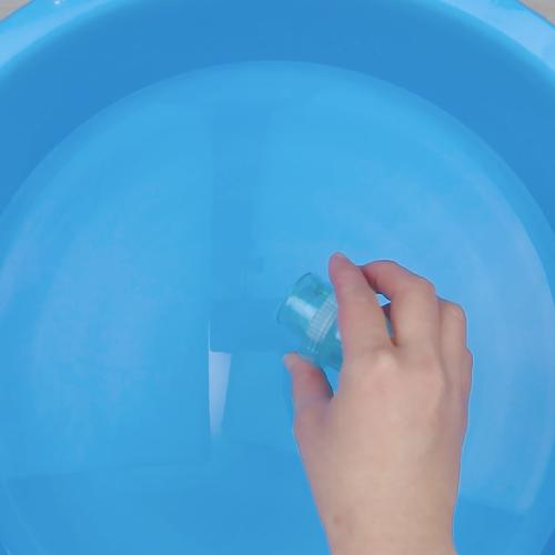洗濯用の洗剤溶液を作ります。