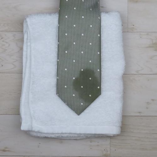 ネクタイの下にタオルを敷いておきます。