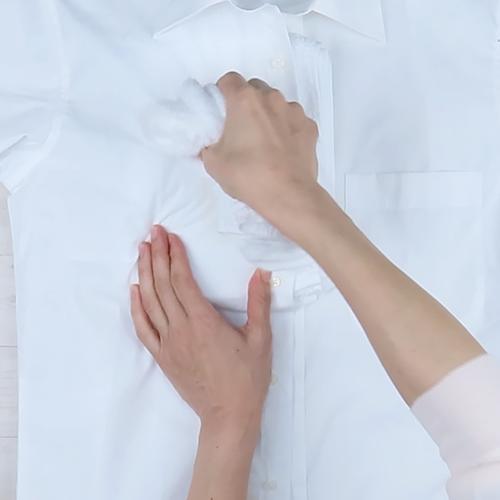 濡れタオルで上からシミを叩きます。