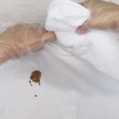 汚れの下にタオルを敷きます。