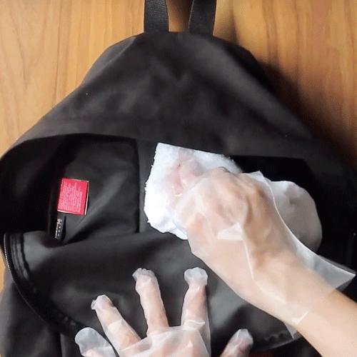 濡れタオルで拭きます。