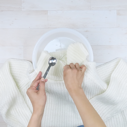 食器用洗剤を塗ってすすぎます。