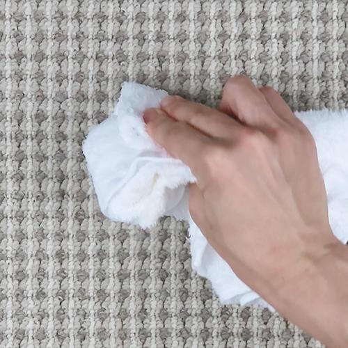 温かい濡れタオルで拭き取ります。