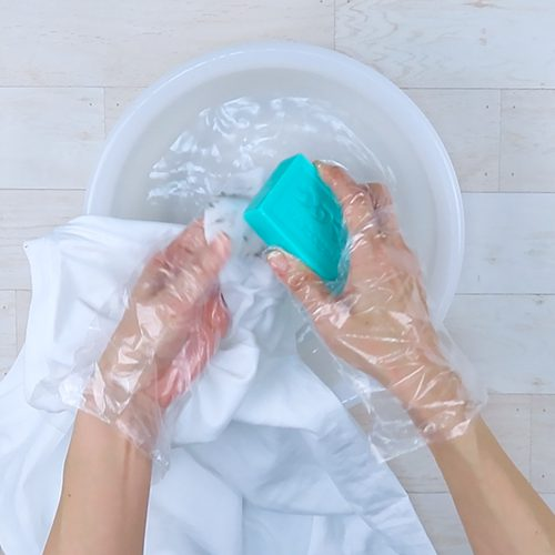 汚れに固形石鹸を塗り付けます。
