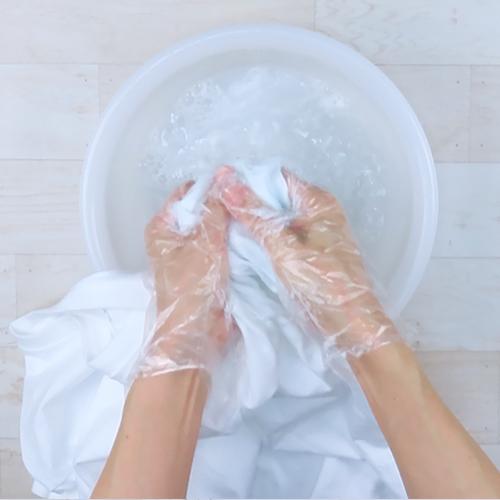 ぬるま湯でもみ洗いします。