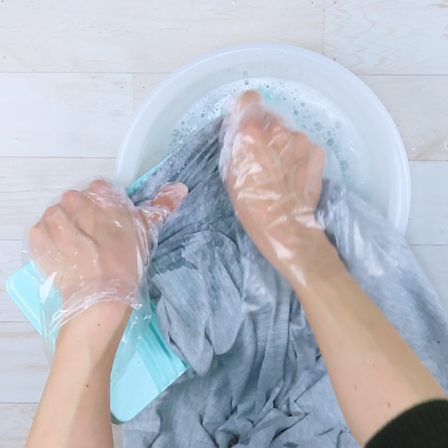 洗濯板も使いながら洗います。