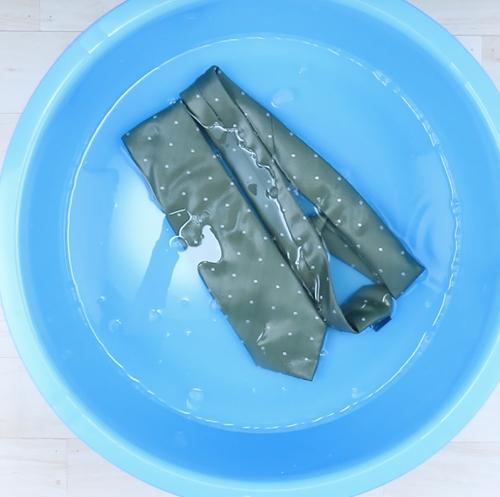 ネクタイを洗濯液に5分つけおき、振り洗いします。