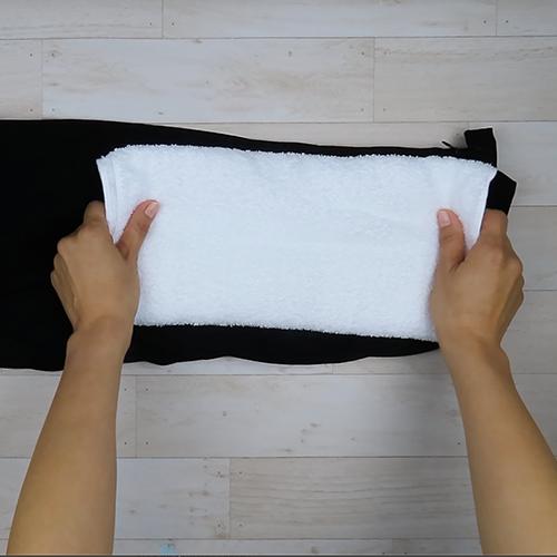 ウエスト部分にタオルを置きます。