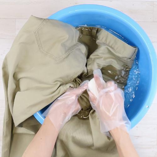 石鹸で汚れた部分をこすります。