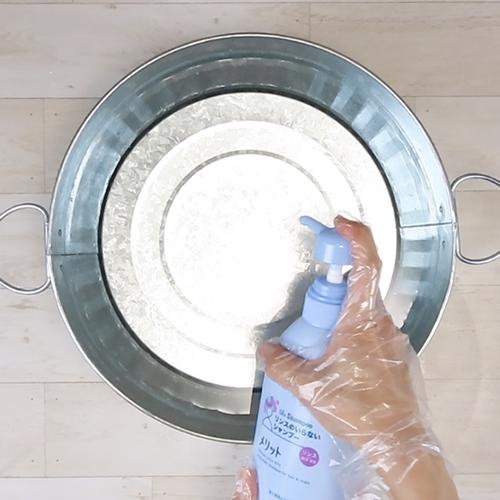 水にリンスインシャンプーを溶かします。