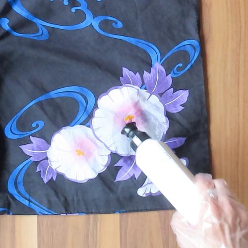浴衣を広げ、汚れている部分に食器用洗剤を塗ります。
