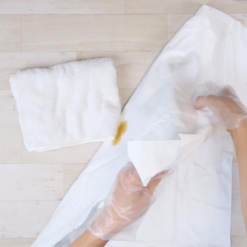タオルを焼肉のタレ汚れの真下に敷きます。
