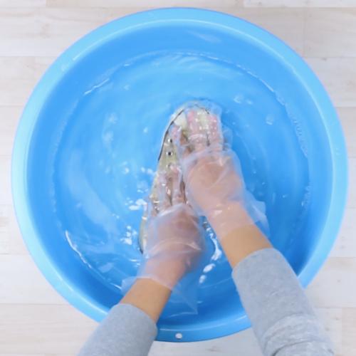 靴を洗濯液につけます。