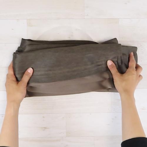 カーテンを洗濯ネットに入る大きさに折ります。