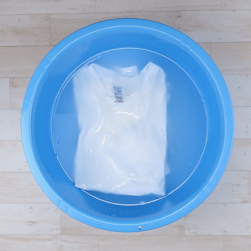 Tシャツを洗濯液に3分ほどつけ置きします。