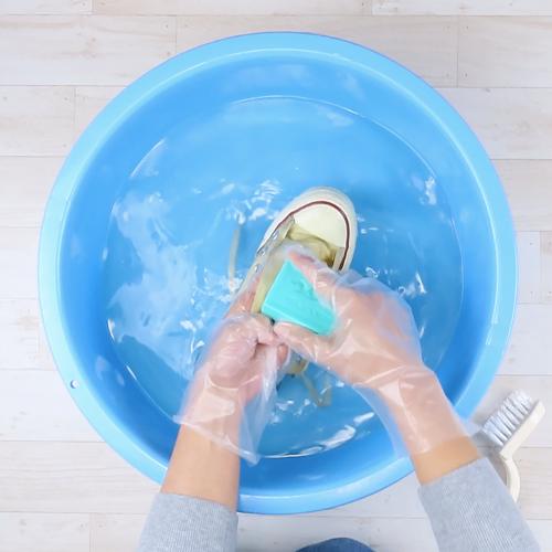石けんで靴を洗います。
