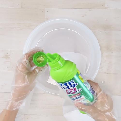 酸素系漂白剤をかけ、つけ置きをします。