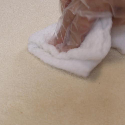 タオルで食器用洗剤を拭き取ります。