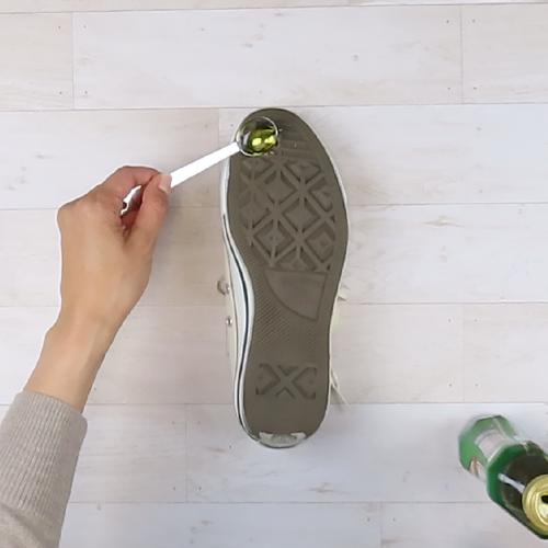 靴底に残ったガムに、オリーブオイルを付けます。