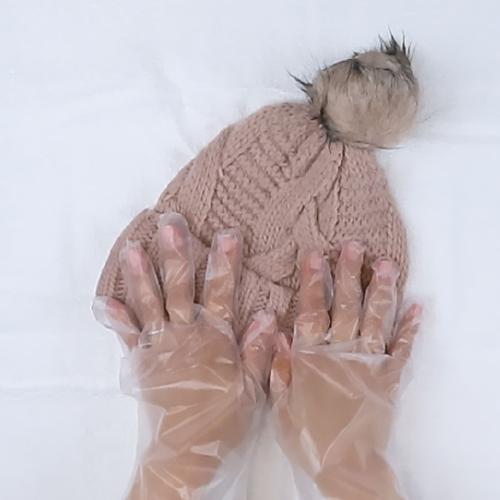 タオルを使い、ニット帽の水気を取ります。