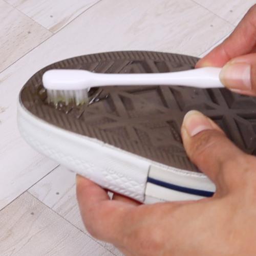 歯ブラシを使い、ガムを擦り落とします。