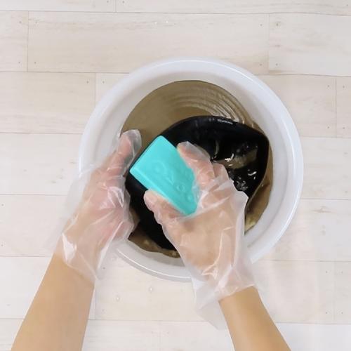 キャスケットに水を染み込ませ、ウタマロ石けんで汚れを落とします。