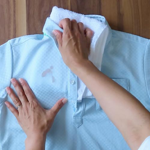 汚れの下にタオルを敷いておきます。