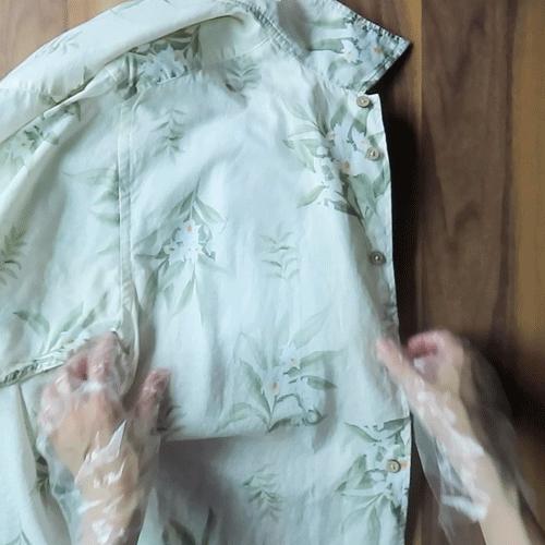 シミの下にタオルを敷きます。