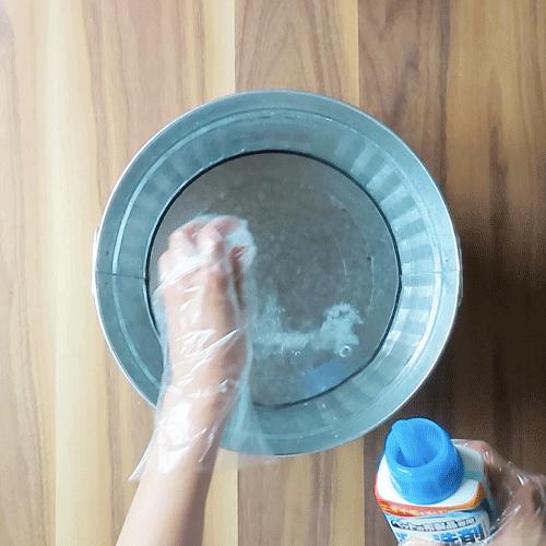 ぬるま湯の中にペット専用洗剤を入れましょう。