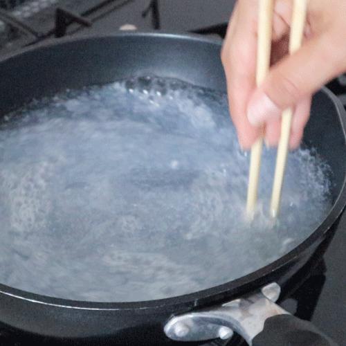 鍋の中にすり下ろしたせっけんを溶かします。
