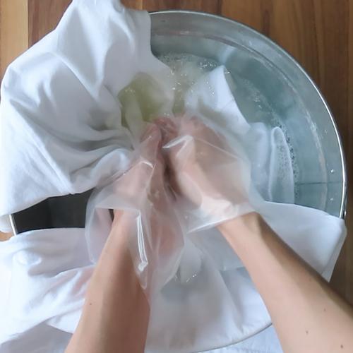 服を浸し、もみ洗いします。