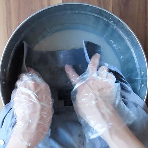 黄ばんだ部分を洗います。