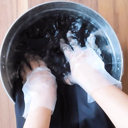 洗濯液につけて洗います。