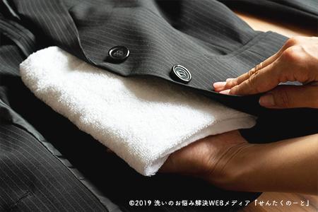 3.シミの下にタオルを敷く