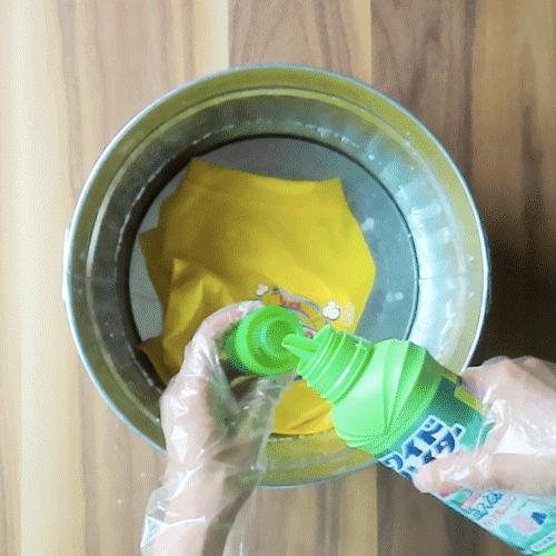 洗濯液の中に酸素系漂白剤を入れましょう。