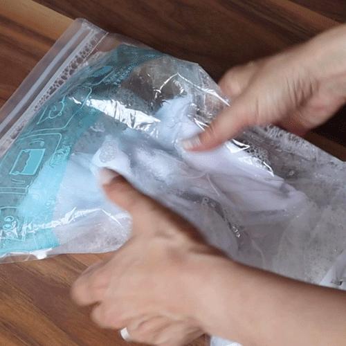 チャックを閉めて洗います。
