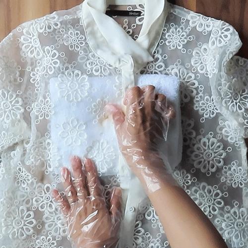 指で食器用洗剤をなじませます。