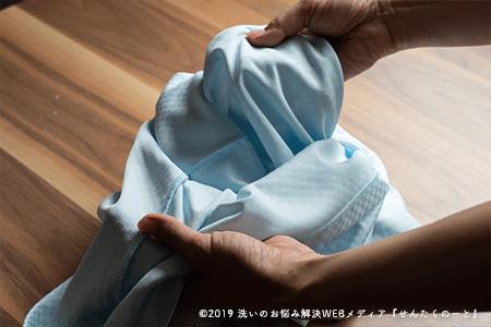 事前にすること3:ボタン付きの服を裏返しにする