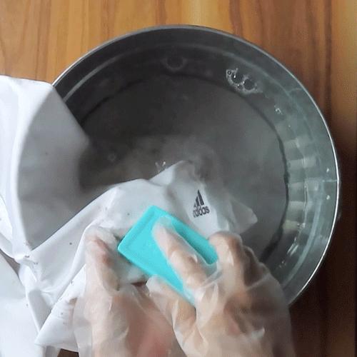 汚れにウタマロ石けんを塗ります。