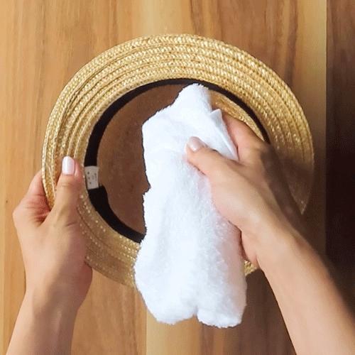 濡れタオルで帽子の内側を拭きます。