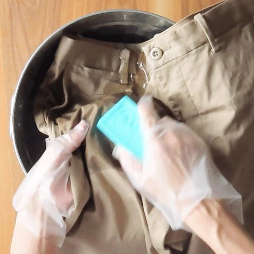 ウタマロ石けんで汚れをこすります。