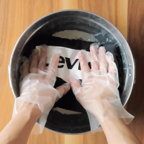 洗濯液で押し洗いします。