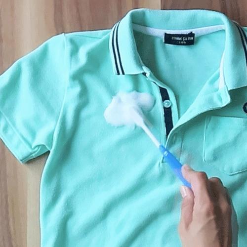 歯ブラシで汚れを叩きます。