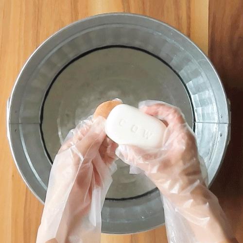 牛乳石鹸をこすり付けて、もみ洗いします。