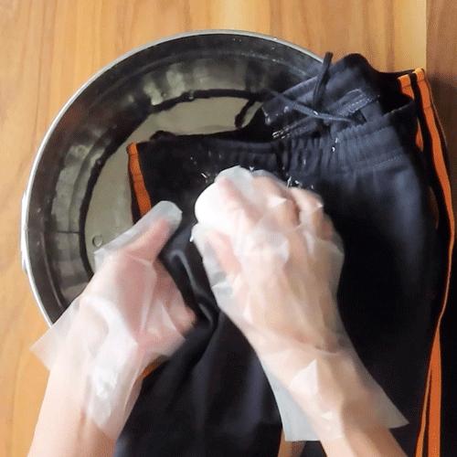 固形石鹸をなじませましょう。