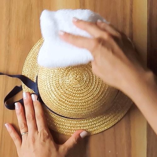 洗濯液の濡れタオルで拭き取ります。