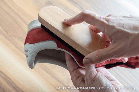 1.靴ひもを外して全体をブラッシングをする