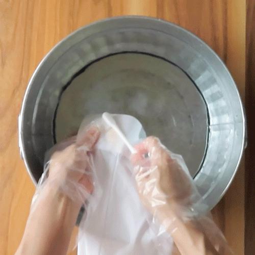 ぬるま湯ですすぎます。